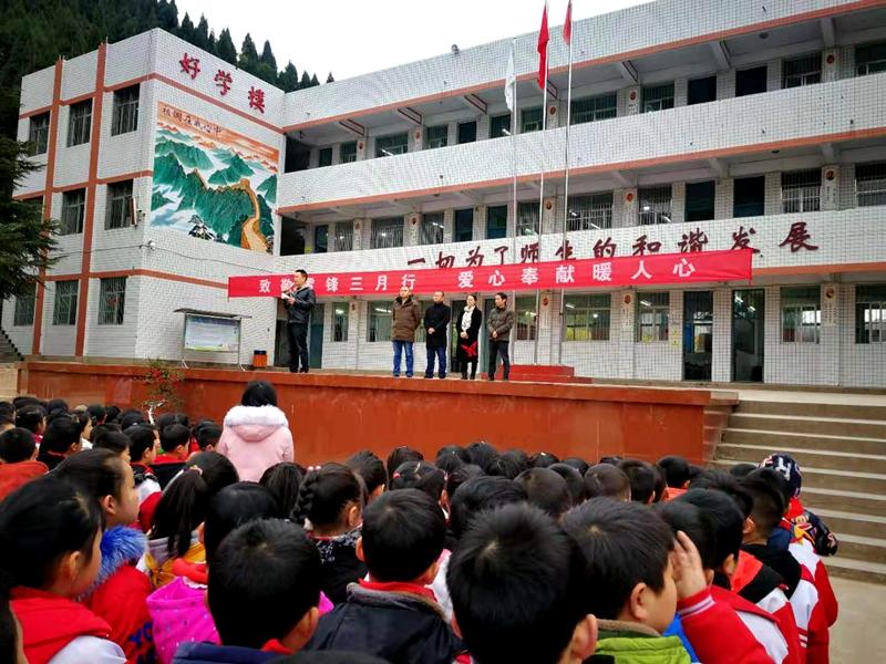 蓬溪縣任隆小學掀起學雷鋒活動高潮